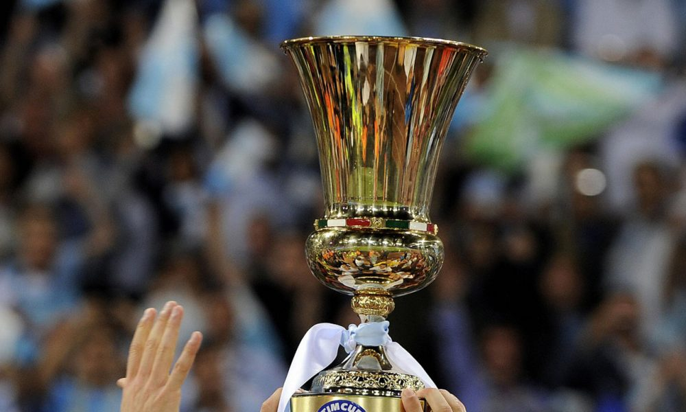Lazio's player hold the cup after defeated Sampdoria in their final football match of the Italian Cup (Coppa Italia) on May 13, 2009 at Rome's Olympic Stadium. Lazio beat Sampdoria 6-5 on penalties following a 1-1 draw to win the Italian Cup and qualify for next season's Europa League.   AFP PHOTO / FILIPPO MONTEFORTE (Photo credit should read FILIPPO MONTEFORTE/AFP/Getty Images)