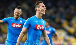epa05538352 Arkadiusz Milik (R) of Napoli celebrates after scoring a goal during the UEFA Champions League group B soccer match between Dynamo Kiev and SSC Napoli at the Olimpiyskiy stadium in Kiev, Ukraine, 13 September 2016.  EPA/ROMAN PILIPEY