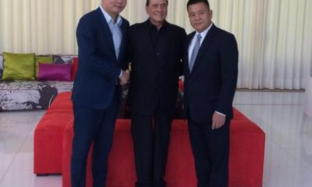 Silvio Berlusconi con Han Li (a sinistra) e Yonghong Li (a destra) durante l'incontro a villa Certosa, in Sardegna, svoltosi a seguito della firma del preliminare di vendita del club alla Sino-Europe Sports Investment Management Changxing, 5 agosto 2016. ANSA / US FININVEST +++ANSA PROVIDES ACCESS TO THIS HANDOUT PHOTO TO BE USED SOLELY TO ILLUSTRATE NEWS REPORTING OR COMMENTARY ON THE FACTS OR EVENTS DEPICTED IN THIS IMAGE; NO ARCHIVING; NO LICENSING+++