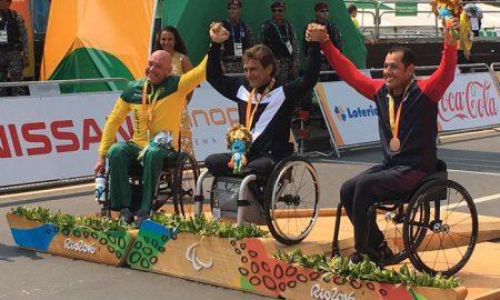 Alex Zanardi medaglia d'oro nella categoria H5 della Handbike celebra la vittoria sul sul podio con l?australiano Stuart Tripp e con lo statunitense Oscar Sanchez, Rio De Janeiro, 14 Settembre 2016. ANSA