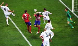 epa05334568 Real Madrid's Sergio Ramos (back, 2-R) scores the 1-0 lead during the UEFA Champions League final between Real Madrid and Atletico Madrid at the Giuseppe Meazza Stadium in Milan, Italy, 28 May 2016.  EPA/CHRISTIAN BRUNA