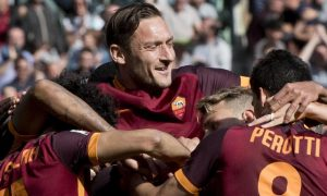 Roma's Francesco Totti jubilates after Romas Radja Nainggolan scored the 1-0 goal during Italian Serie A soccer match a.s. Roma - S.S.C. Napoli at Olimpico Stadium in Rome, 25 April 2016. ANSA/CLAUDIO PERI