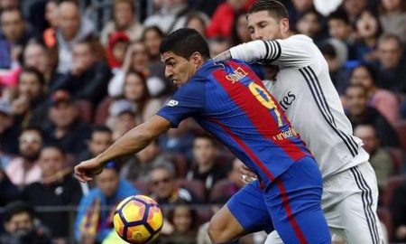 epa05658204 Real Madrid's Spanish defender Sergio Ramos (R) fights for the ball with FC Barcelona's Uruguayan striker Luis Suarez during the Primera Division match between FC Barcelona and Real Madrid at Camp Nou stadium in Barcelona, Catalonia, Spain, 03 December 2016.  EPA/ALBERTO ESTEVEZ
