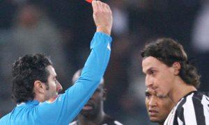 L'arbitro Paolo Dondarini espelle Zlatan Ibrahimovic, all'epoca attaccante della Juventus, durante la partita contro la Roma, in una immagine del 01 febbraio 2006 allo stadio Olimpico di Roma. ANSA/MAURIZIO BRAMBATTI