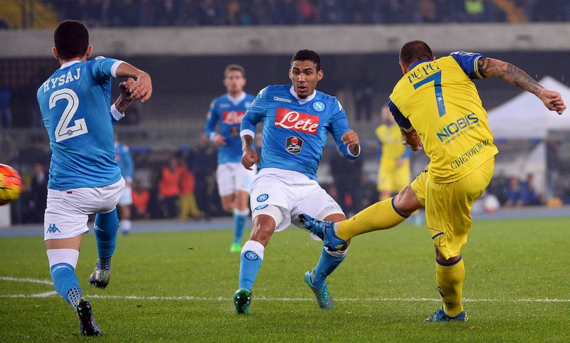 Chievo's Simone Pepe (r) shots during the italian serie A soccer match AC Chievo Verona ? SSC Napoli at Bentegodi stadium in Verona, 25 October 2015. ANSA/ GIUSEPPE ZANARDELLI