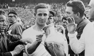 l'attaquant fran?ais du Real Madrid, Raymond Kopa, accompagn? de l'attaquant Alfredo Di Stefano, tient la Coupe d'Europe dans ses mains, le 30 mai 1957 au stade Santiago Bernabeu ? Madrid, apr?s la victoire du Real Madrid (2-0) sur la Fiorentina (Ita), en finale de la Coupe d'Europe de football.   Real Madrid's French forward Raymond Kopa holds the European Cup as teammate Alfredo Di Stefano looks on 30 May 1957 at Santiago Bernabeu stadium in Madrid, after Real Madrid's victory (2-0) over Fiorentina (Ita) in the Soccer European Cup final.  AFP PHOTO        (Photo credit should read STAFF/AFP/Getty Images)